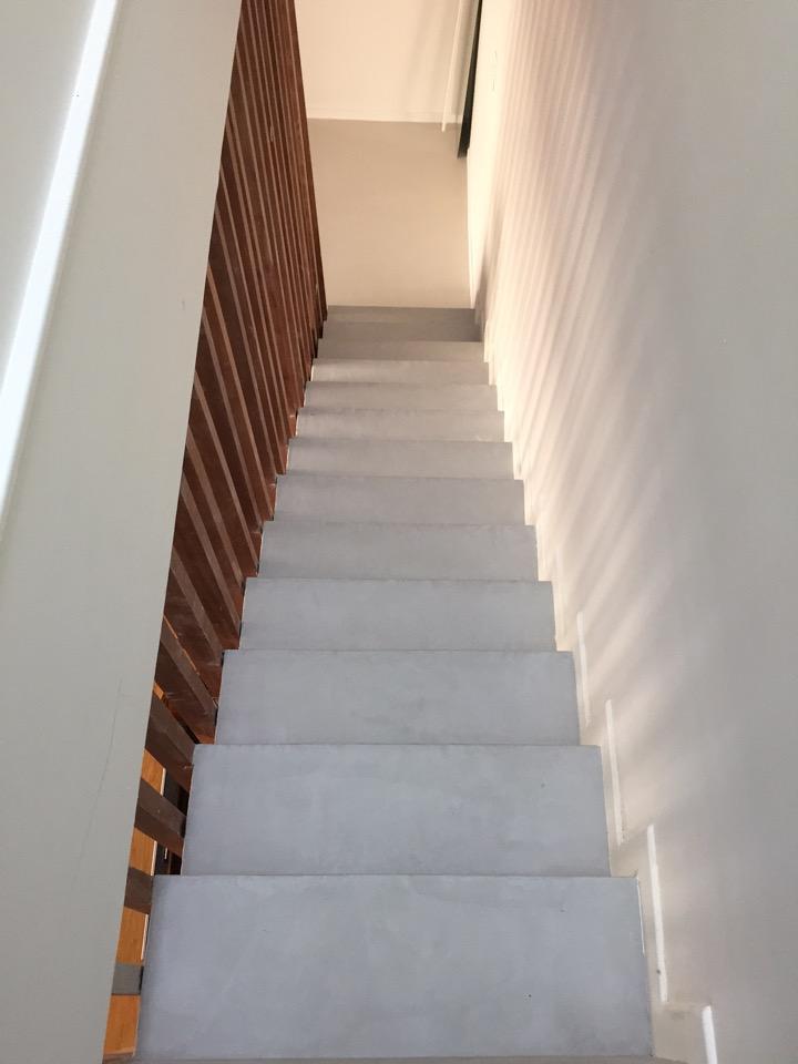 Béton ciré autolissant maison privée Colombes Décaum Paris escalier