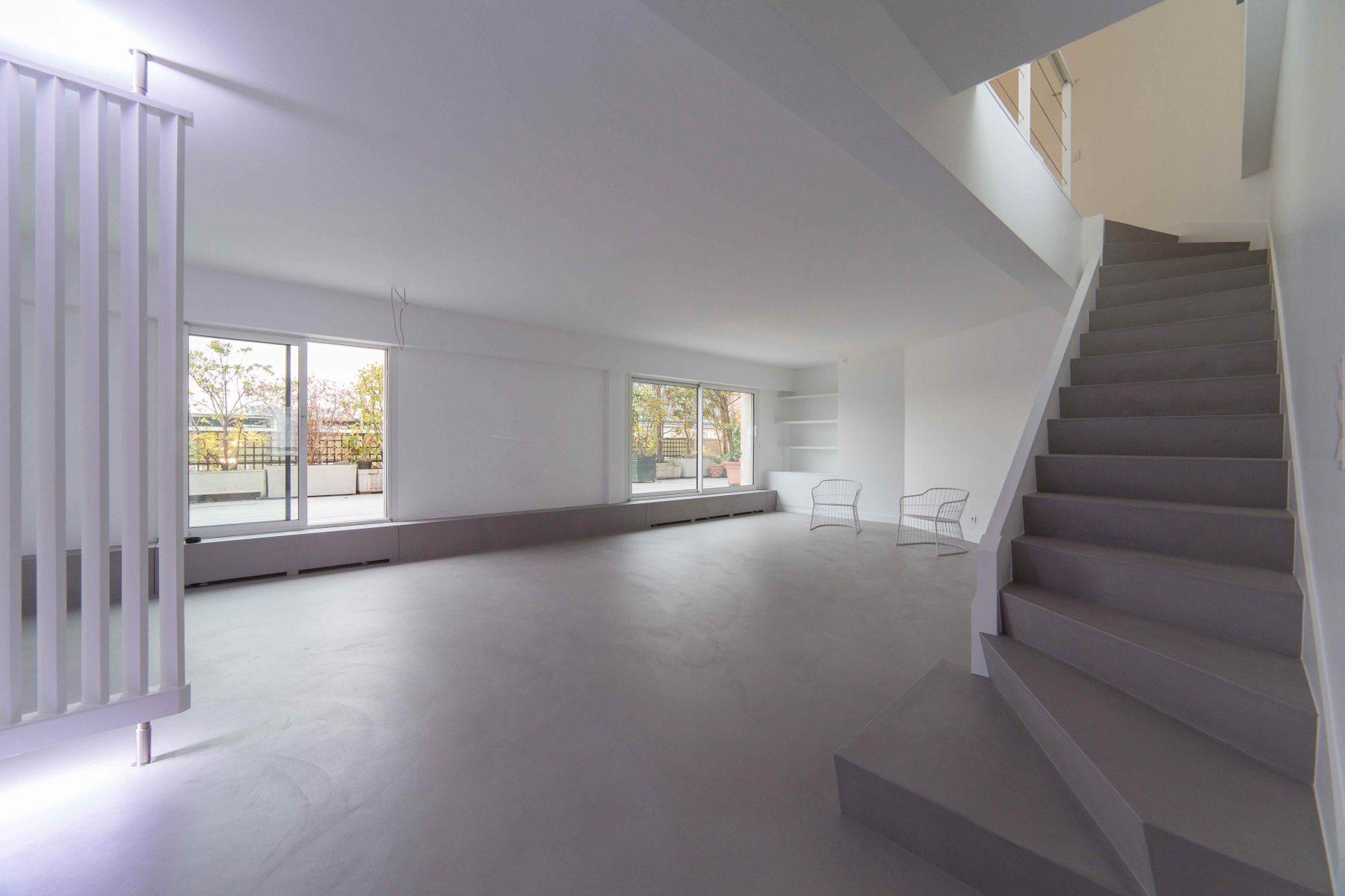 Salon escalier béton ciré spatulé Décaum Paris 14